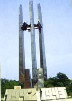 Стелла на площади Победы